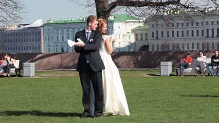 gołąbki : Newly wedding couple photographing with pigeons on Vasilevsky Island, Saint-Petersburg, Russia