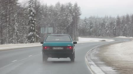 múló : Car passing the curve on the wintry road, northern route in Karelia, Russia Stock mozgókép