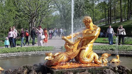 mocný : Gilt group: the mighty Triton, tearing open the jaws of a sea monster, and the four turtles, addressed to the cardinal, is located in the center of a greenhouse garden in the eastern part of the Lower Park, Peterhof, Russia