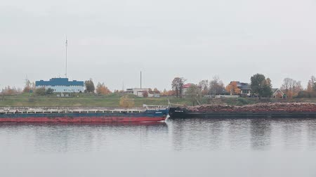 száraz : Two dry cargo ships going towards each other on Neva river, bows on St. Petersburg, Russia Stock mozgókép
