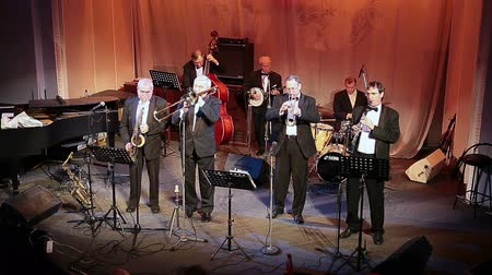 caz : Performance of jazz band Leningrad Dixieland in Jazz Philharmonic Hall in St. Petersburg Stok Video