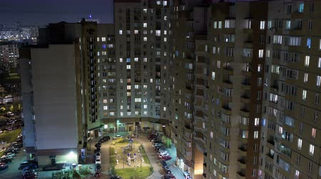 yerleşim : Huge high-rise apartment building with parking in courtyard at evening time, RAW time lapse, 4k Stok Video
