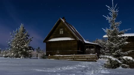 kulübe : Timelapse HD of stars over timber house at winter night then clouds coming on dark sky, brightly Stok Video