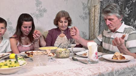 vacsora : Family praying at the table before Thanksgiving dinner, Caucasian people
