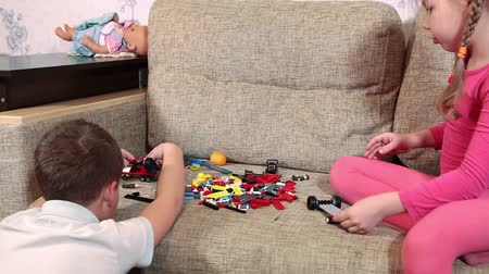 anaokulu : Close-up view of two preschool kids playing with a constructor on sofa