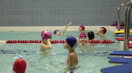 pływanie : SAINT-PETERSBURG, RUSSIA - CIRCA DECEMBER, 2014: Kids swim in small pool. Preschool children swimming training. Russian swimming sport school for preschoolers