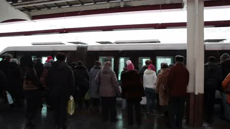 subdivisão : MOSCOW, RUSSIA - CIRCA YAN, 2015: People get in the cars of monorail train on Timiryazevskaya station. Inside view. The Moscow Monorail is a new elevated rail transport in city.