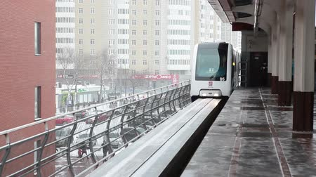 subdivisão : MOSCOW, RUSSIA - CIRCA YAN, 2015: Monorail train arrives on Timiryazevskaya station platform. The Moscow Monorail is a new elevated rail transport in city. Stock Footage