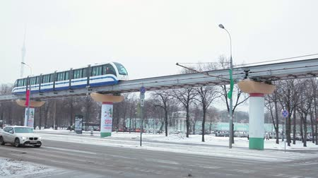 subdivisão : MOSCOW, RUSSIA - CIRCA YAN, 2015: Moscow monorail train drives on overpass at winter streets. The Moscow Monorail is a new elevated rail transport in city.