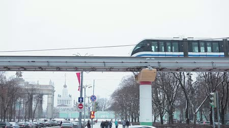 subdivisão : MOSCOW, RUSSIA - CIRCA YAN, 2015: Moscow monorail train passes on aerial overpass at winter streets. The Moscow Monorail is a new elevated rail transport in city.