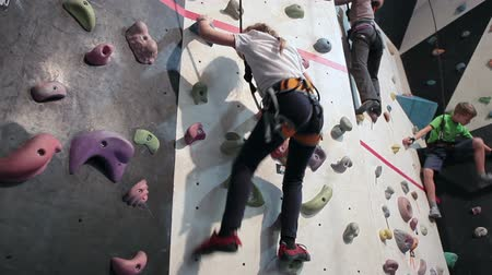equipamentos esportivos : Children rock-climbing train in sport gym
