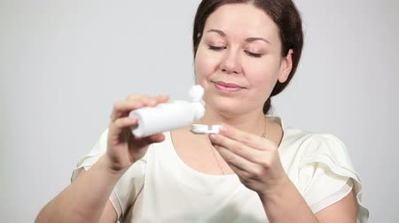 soczewki kontaktowe : Happy woman pouring liquid in box for extended wear contact lenses