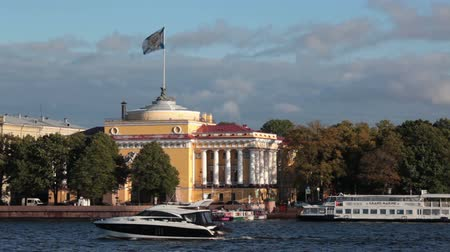 vyhlídkové : ST. PETERSBURG, RUSSIA - CIRCA OCT, 2015: Speed boat floats near Admiralty building. The Admiralty is the headquarters of the Russian Navy. Historical center of city is at autumn season