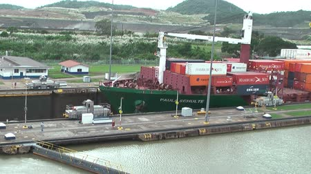 vízválasztó : PANAMA, CIRCA OCT, 2013: Large container ship is in transit through the Miraflores locks toward the Pacific ocean. The Panama Canal is a ship canal in Panama that connects the Atlantic Ocean via the Caribbean Sea to the Pacific Ocean.
