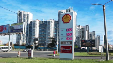 ST. PETERSBURG, RUSLAND - CIRCA OCT, 2015: Benzinstation met de kosten van aardolie en diesel bevindt zich in de Lenin-avenue. De Shell Oil Company is in Rusland Stockvideo