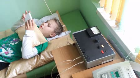ST. PETERSBURG, RUSLAND - CIRCA OCT, 2015: Elecroforese procedure voor het meisje is in kliniek centrum. Ambulante behandeling is in het polyclinische centrum van het Russische kinderen