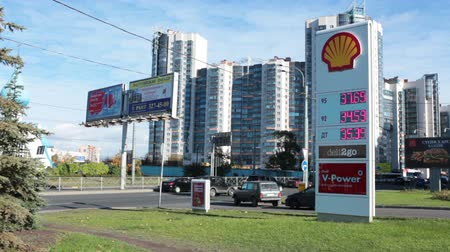 ST. PETERSBURG, RUSLAND - CIRCA OCT, 2015: De Shell-tankstationrek met de prijs van petroleum en diesel staat in de Lenin-avenue. De Shell Oil Company is in Rusland