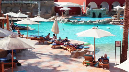HURGHADA, EGYPTE - CIRCA NOV, 2015: Mensen zijn binnen hotelgebied met blauw zwembad en poolside. De Alf Leila Wa Leila-spa 1001 Nights is een van de spacentra van Pickalbatros in het resort Hurgada