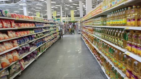 цепь : HURGHADA, EGYPT - CIRCA NOV, 2015: Camera moves along goods on the shelves of Spinneys supermarket in the Senzo Shopping Mall. The Spinneys Group Limited has three grocery stores in Egypt