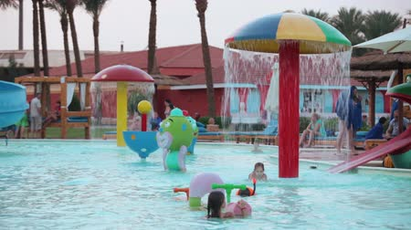 HURGHADA, EGYPT - CIRCA NOV, 2015: Kinderen spelen in het grote zwembad met waterpark en kleine waterglijbanen. De Alf Leila Wa Leila spa (1001 Nights) is een van de kuuroorden van Pickalbatros in Hurgada resort