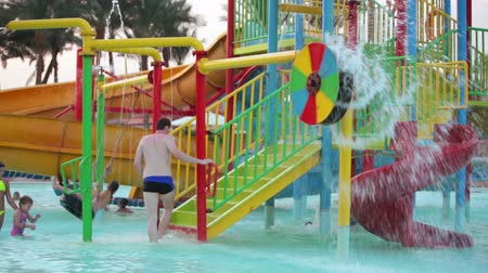 HURGHADA, EGYPT - CIRCA NOV, 2015: Kinderwaterglijbanen in het waterpark in het hotelgebied. De Alf Leila Wa Leila spa (1001 Nachten) is een van de kettingen van Pickalbatros in Hurgada resort