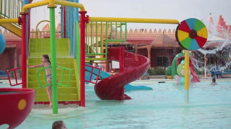 HURGHADA, EGYPT - CIRCA NOV, 2015: Gelukkige kinderen rijden uit de waterglijbanen in het aquapark. De Alf Leila Wa Leila spa (1001 Nights) is een van de kuuroorden van Pickalbatros in Hurgada resort