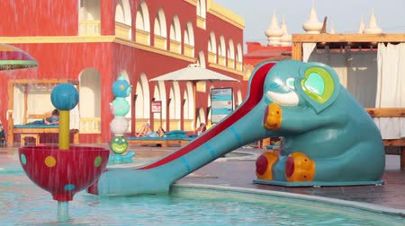 HURGHADA, EGYPT - CIRCA NOV, 2015: Slide in de vorm van een olifant ligt in het waterpark. De Alf Leila Wa Leila spa (1001 Nights) is een van de kettingen Pickalbatros in het resort van Hurgada