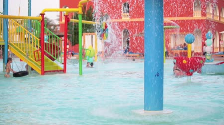HURGHADA, Egypte - CIRCA november 2015: spatten van het water op het zwembad van waterpark. Het Alf Leila Wa Leila spa (1001 Nights) is een van de Pickalbatros keten in Hurgada toevlucht Stockvideo