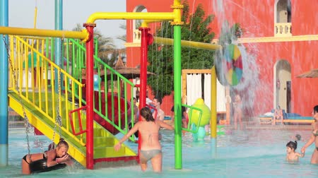 HURGHADA, EGYPT - CIRCA NOV, 2015: Waterpark met zwembad, kleurwaterglijbanen ligt in het hotel. De Alf Leila Wa Leila spa (1001 Nachten) is een van de kettingen Pickalbatros in het resort van Hurgada
