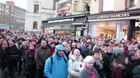 finlandês : HELSINKI, FINLAND - CIRCA, DEC, 2015: Crowd of finnish people are on Aleksanterinkatu during rock concert at Christmas eve. Performance at the hood of Stockmann entrance Stock Footage