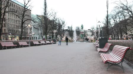 poeta : HELSINKI, FINLAND - CIRCA, DEC, 2015: The Esplanadi Square with monument to the poet Johan Runeberg. The Christmas eve without snow. The sculptor of statue was his son Walter Runeberg Magnus. Helsinki, Finland Vídeos