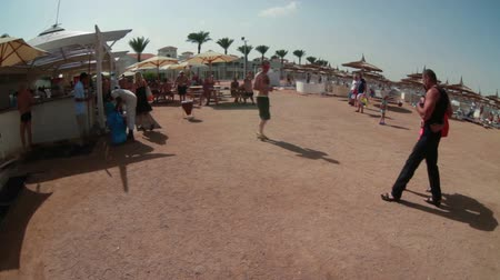 společenská místnost : HURGHADA, EGYPT - CIRCA NOV, 2015: The Red Sea sandy coast line with free snacks bar for visitors. Several spas common buffet location is in sand beach area Dostupné videozáznamy