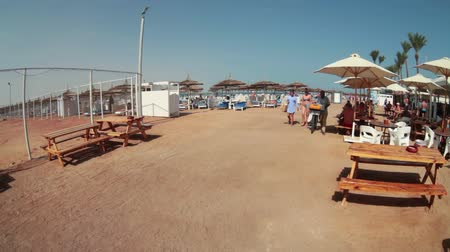 společenská místnost : HURGHADA, EGYPT - CIRCA NOV, 2015: The Red Sea sandy coast line with snacks bar for visitors. Several spas common sand beach area is in Hurgada