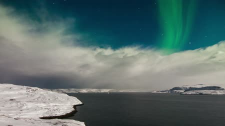 alaszka : Aurora borealis above the Barents Sea.