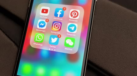 dividir : Tallinn  Estonia - September 18, 2019: Black Apple iPhone with icons of social media: instagram, youtube, pinterest, facebook, twitter, telegram application on screen. Social media icons.