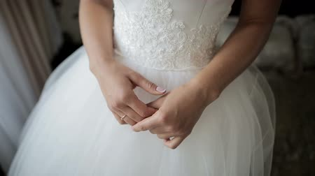 ideges : Hands of the bride waiting for her groom. Closeup shot.