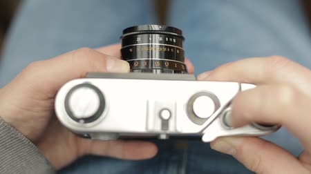 macro fotografia : Hands of photographer uses a vintage USSR film camera, focuses and takes a picture. Vídeos