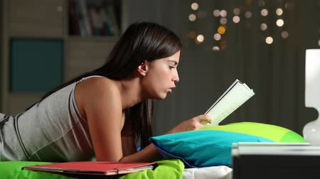 ciddi : Frustrated student studying late at night trying to understand lesson on the bed at home Stok Video