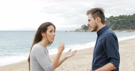 fed : Angry couple breaking up after argument on the beach. Girlfriend leaves her sad boyfriend Stock Footage