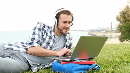 derece : Happy student with laptop and looking at camera after some time outdoors