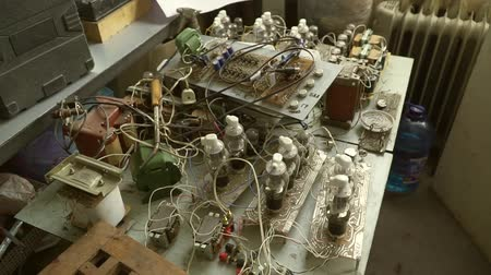 kondenzátor : Background pile of old Radio components, diode end transistor with led bulbs. soldering iron, Close-up