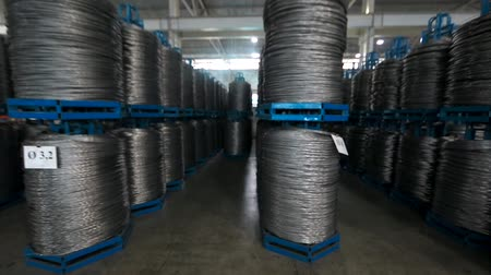 eljárás : Warehouse rolls of wire . wound wire at the factory. Iron proloco wound into large coils and are a bunch . Stock mozgókép