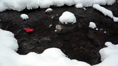 küçük sandal : Little red paper boat floating in a winter brook in the forest. Stok Video