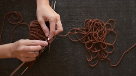 вязание : Female hands knitting brown yarn Стоковые видеозаписи