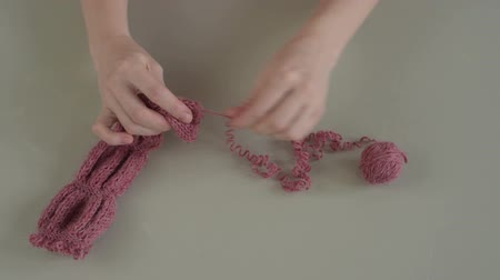 undo : Unravelling the pink knitting