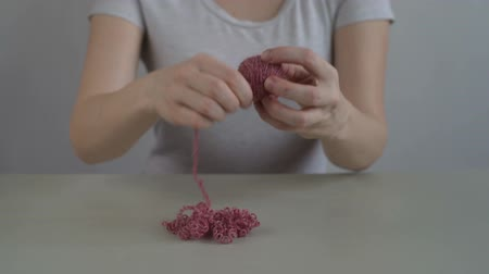 meada : Woman making a ball from pink yarn Vídeos