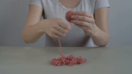 meada : Woman making a ball from terracotta yarn Vídeos