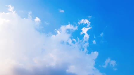 borultság : Time lapse clip of white fluffy clouds over blue sky