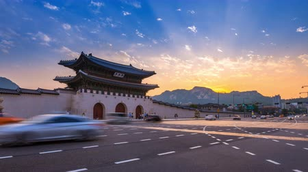 gyeongbokgung : Gyeongbokgung Palace, Cars passing in front of Gwanghwamun gate after sunset in downtown Seoul, South Korea. Name of the Palace Gyeongbokgung Stock Footage