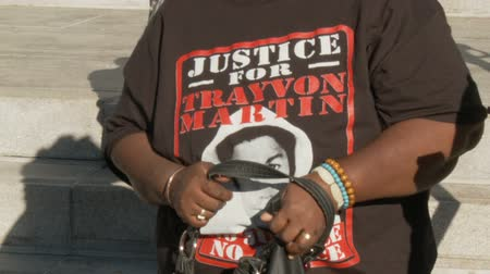 haklar : JUSTICE FOR TRAYVON T-Shirt. A woman wears a Justice For Trayvon Martin t-shirt outside City Hall in downtown Los Angeles, California on July 16th, 2013.